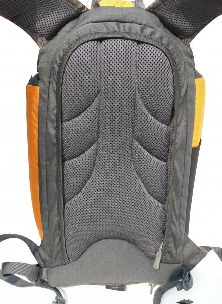 背後設拉鏈袋,增加安全性。